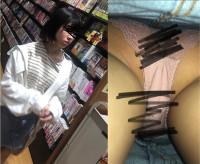 激ヤバピンク♡ 本に夢中な女子大生を直下撮り♡