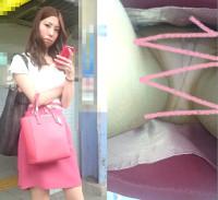 【限定10セット!&撮影バレ!】お姉さんににらまれながらもスカートめくりで純白パンティ丸見え!!