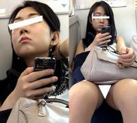 (電車対面)(顔出し)美人OLさん、白のワンピース…、スカート丈短いのにパンストあんよをくぱぁ~