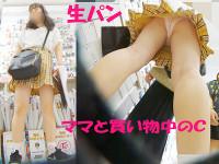 【街C】お母さんと一緒のロリかわいいCちゃんのスカートをめくって生パン逆さ撮り。