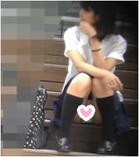 【街撮り動画Part19】若い娘の座りパンチラ(再販売)