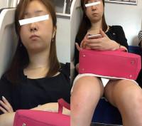 (電車対面)(顔出し)「私のお股見て!!」っと言わんばかりにパンストあんよをひろげる人妻OLさん!!